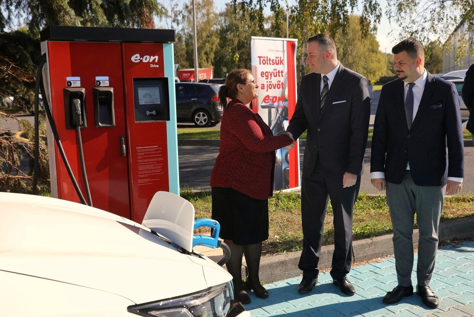 Új e-töltőállomásokat nyitott Zalaegerszegen az E.ON