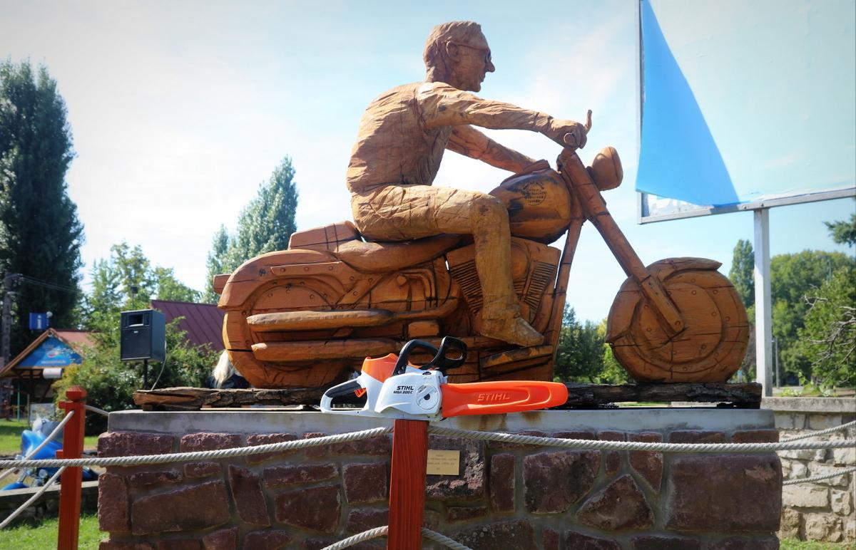 Hivatalosan is átadták Alsóörsön a tavaly, fából készült Fat Boy riderét
