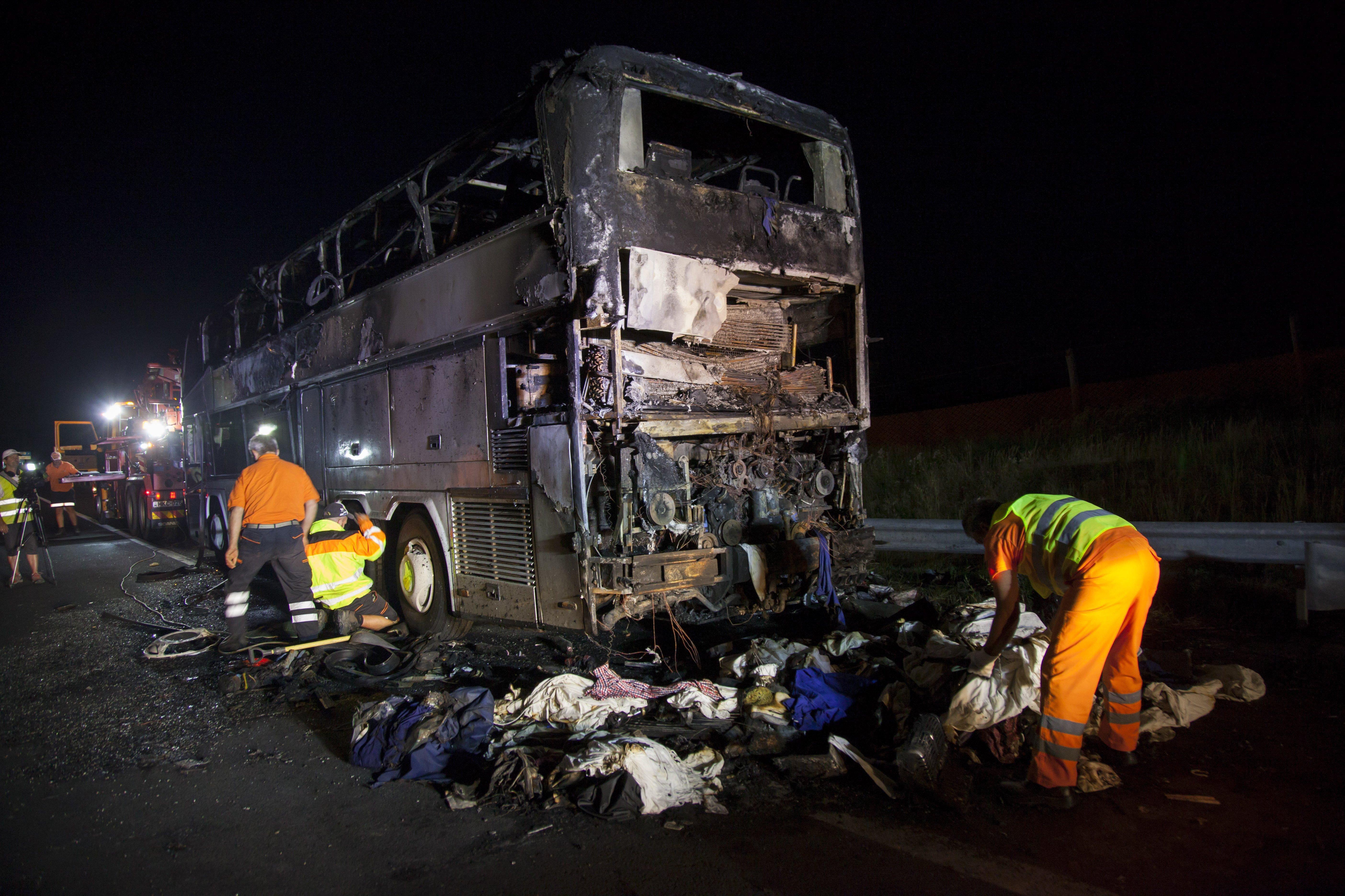 Kiégett egy turistabusz az M7-esen Sormásnál