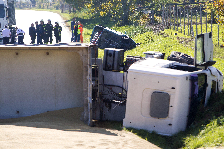 Egy ember meghalt, amikor kocsijával teherautónak ütközött Nagykanizsa közelében