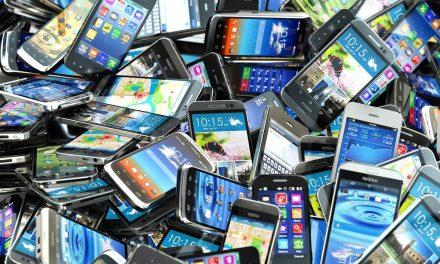 Ezért ne tároljuk a fiókban a régi mobilt