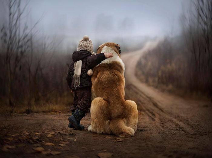Ahol a gyerekek és a kutyák angyali párost alkotnak