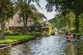 Giethoorn – A világ legszebb faluja, amit csak csónakkal lehet megközelíteni!